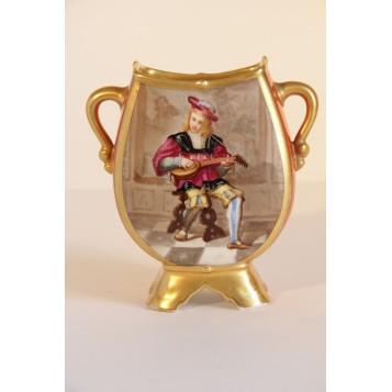 Антикварная ваза с изображением музыканта
