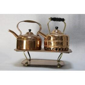 Два антикварных медных чайника на подставке