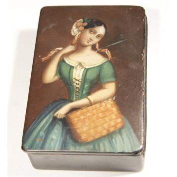 Старинная шкатулка-табакерка с изображением девушки