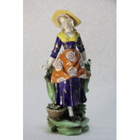 Старинная фигурка девушки с корзиной немецкой фабрики Volkstedt