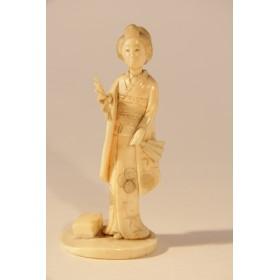Старинная фигурка дамы с веером - резьба по кости, окимоно