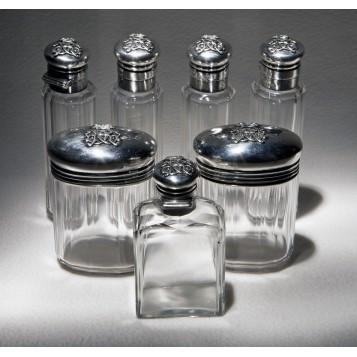 Продается в подарок антикварный набор парфюмерных флаконов D.G.R. в Москве