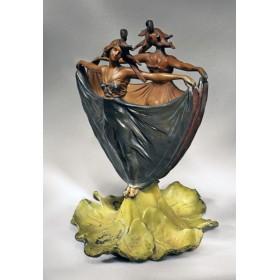 Старинная ваза Две девы, антиквариат в интерьере