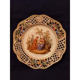 Фарфоровая тарелка с изображением галантной сцены в духе Французского художника Ватто