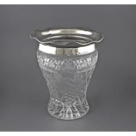 Изящная хрустальная ваза для цветов