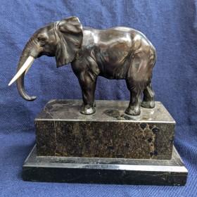 Бронзовая кабинетная статуэтка Слон