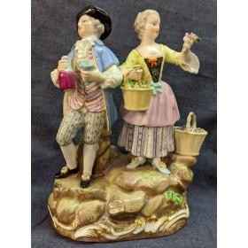 Фарфоровая статуэтка Дама с кавалером
