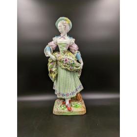 Антикварная фарфоровая статуэтка Дама в шляпке