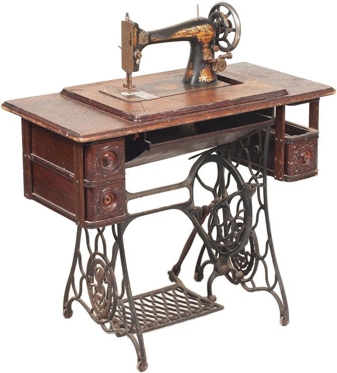 Машинка Зингер на столике