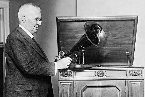 Эмиль Берлинер 1887 год. Модель первого граммофона