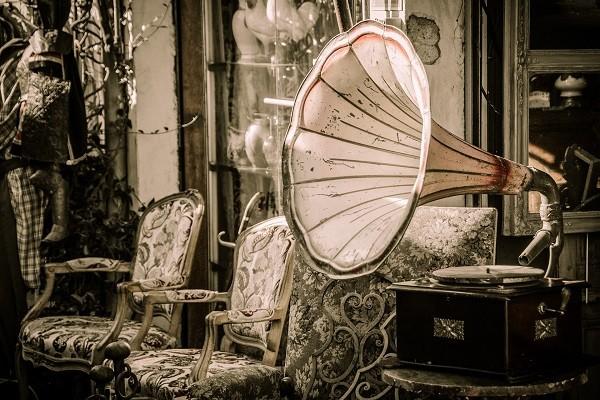Старинный граммофон в дворянском интерьере